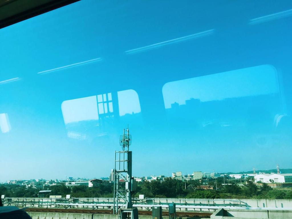 高铁上看着车窗飞驰而逝的风景,有一种回到家的激动的感觉,想哭,想