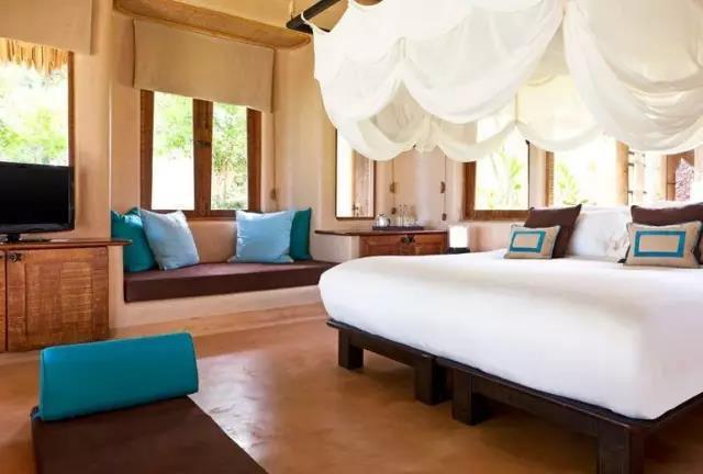 (Kata Yai Beach+Karon Beach) 卡塔、卡伦海滩相比芭东海滩更加安静,大部分游客会选择在芭东住几晚体验出海游乐项目,再来卡塔、卡伦海滩住几晚享受度假的清静。 卡塔海滩优点: 1、第一次去普吉岛的情侣大概倾向于卡塔的别墅型酒店,注重私密性的独栋别墅、私人泳池。 2、海滩比芭东人少、安静,比卡伦的漂亮。 3、周边的娱乐设施也不少,每天会有来往于卡伦、芭东、普吉镇的巴士。 卡伦海滩优点: 1、位于芭东与卡塔之间,是三个海滩中最安静的。 2、但也是风浪最大的海滩,适合喜爱冲浪的游客。 3